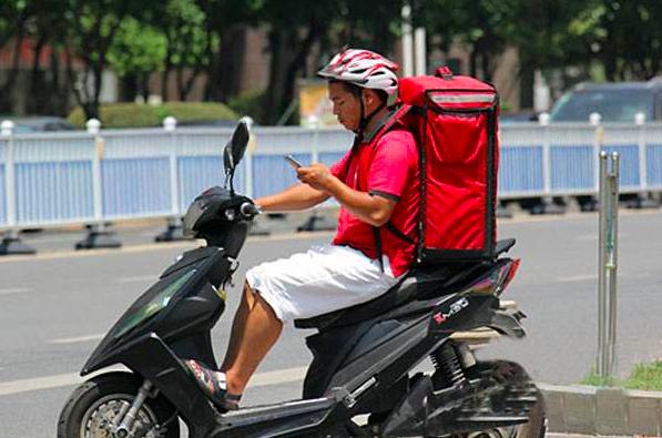 霸占非机动车道,致过往电动车发生事故,如何划分事故责任